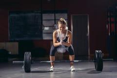 执行女性的准备做deadlift锻炼 免版税库存照片