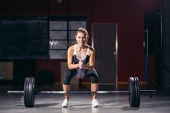 执行女性的准备做deadlift锻炼 库存照片