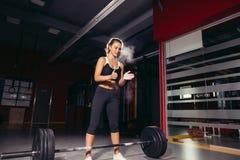 执行女性的准备做deadlift锻炼 库存图片