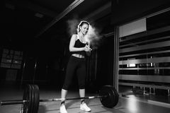执行女性的准备做deadlift锻炼 免版税库存图片