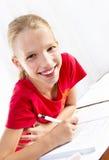 执行她的家庭作业的女孩 免版税库存照片