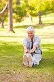 执行她的退休的舒展妇女 免版税库存图片