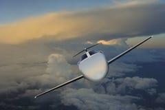 执行委员在飞行中在日落 免版税库存图片