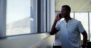 执行委员谈话在手机在办公室 影视素材
