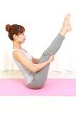 执行姿势女子瑜伽 免版税库存照片