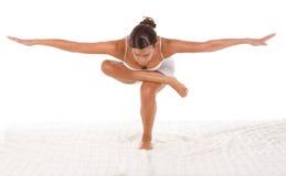 执行姿势瑜伽的执行女性 免版税库存照片