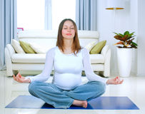 执行孕妇瑜伽 免版税图库摄影
