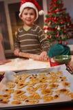 执行孩子纵向的烘烤圣诞节小 库存照片