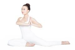 执行实践的女子瑜伽年轻人 免版税库存图片