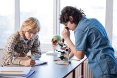 执行实验的严肃的被聚焦的学生 库存图片