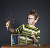 执行实验的滑稽的小男孩 疯狂的科学家Educat 图库摄影