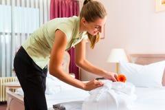 执行客房服务的佣人在旅馆里 免版税库存图片