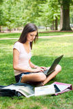 执行家庭作业俏丽的学员 免版税库存图片