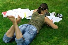 执行家庭作业女小学生 免版税库存图片