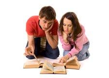 执行家庭作业学员的夫妇 免版税图库摄影