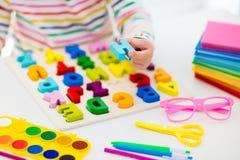 执行家庭作业学校的子项 孩子学会并且绘 免版税库存图片