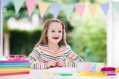 执行家庭作业学校的子项 孩子学会并且绘 图库摄影