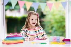 执行家庭作业学校的子项 孩子学会并且绘 库存图片