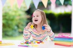 执行家庭作业学校的子项 孩子学会并且绘 库存照片