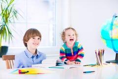 执行家庭作业孩子 免版税库存图片