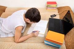 执行家庭作业少年 免版税图库摄影