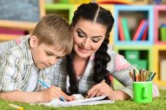 执行家庭作业母亲儿子 免版税库存照片
