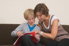 执行家庭作业母亲 免版税库存图片