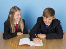 执行家庭作业的二位学童 免版税库存图片