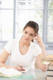 执行家庭作业的可爱的女孩 免版税图库摄影