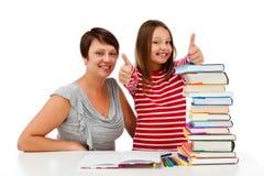 执行家庭作业的女孩查出在空白背景 免版税库存照片