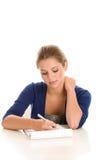 执行家庭作业的妇女 免版税图库摄影