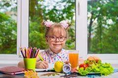 执行家庭作业的子项 复制空间 库存照片