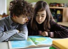 执行家庭作业的子项 免版税库存照片