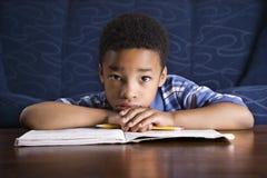执行家庭作业的男孩 库存图片