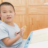 执行家庭作业的男孩 图库摄影