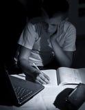 执行家庭作业膝上型计算机的男孩 免版税图库摄影