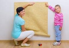 执行家庭维修服务的妇女和女孩 免版税库存图片