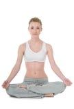执行容易的位置sukhasana女子瑜伽年轻人 免版税图库摄影