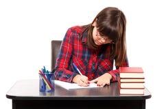 执行少年女孩的家庭作业 免版税库存照片