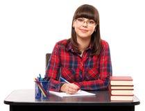 执行少年女孩的家庭作业 免版税库存图片