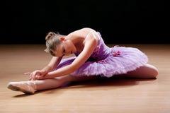 执行少年的芭蕾舞女演员舒展锻炼 免版税库存图片