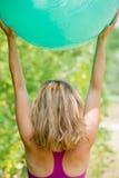 执行山瑜伽姿势的白肤金发的妇女 免版税图库摄影