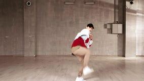 执行当代舞蹈的英俊的街道舞蹈家 影视素材