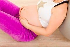 执行怀孕放松的特写镜头 库存图片