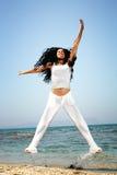 执行愉快的妇女的海滩 免版税库存图片