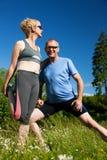 执行成熟户外体育运动的夫妇 图库摄影
