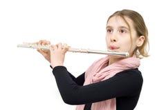 执行户内反对白色背景的年轻长笛演员 免版税库存图片