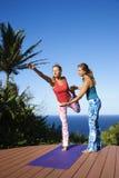 执行户外女子瑜伽 免版税库存照片