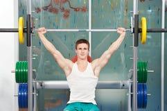 执行执行人肌肉重量的爱好健美者 免版税图库摄影