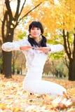 执行执行俏丽的女子瑜伽 库存照片